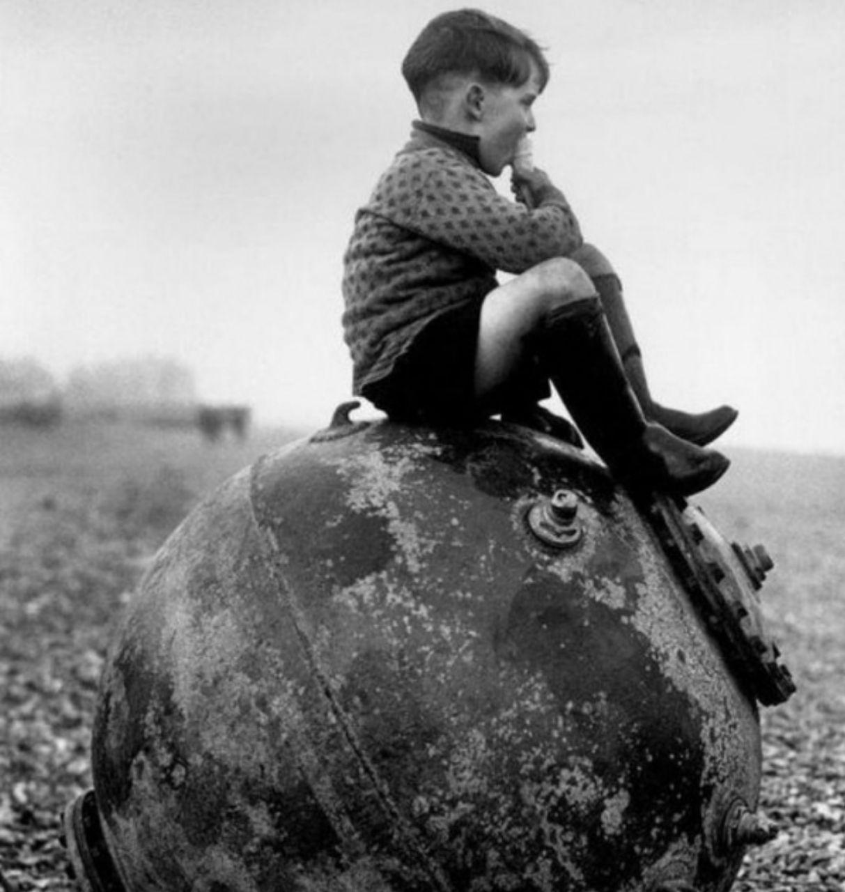 1945-Un-bambino-inglese-seduto-sopra-una-mina-marina-al-termine-della-guerra